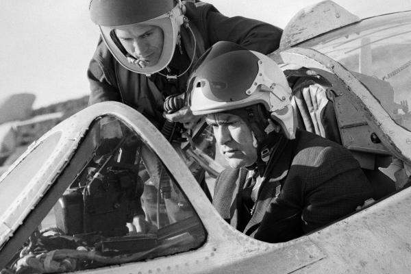 Алексей Маресьев в кабине истребителя, 1967 год. Фото: Семен Майстерман. ТАСС